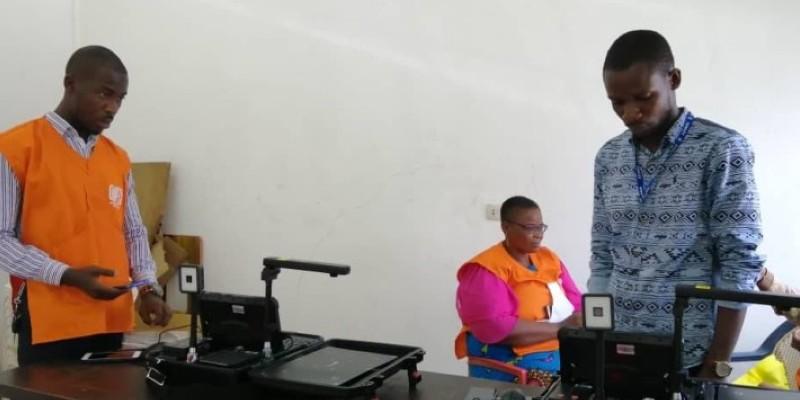 Les agents de l'Oneci en pleine installation du nouveau centre d'enrôlement de Yopougon, à la mairie principale. (Dr)