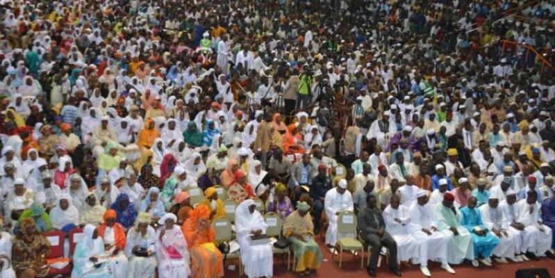 Des milliers de fidèles musulmans étaient dimanche au Palais des sports de Treichville pour suivre la conférence du Cheick Malik Konaté. (Dr)