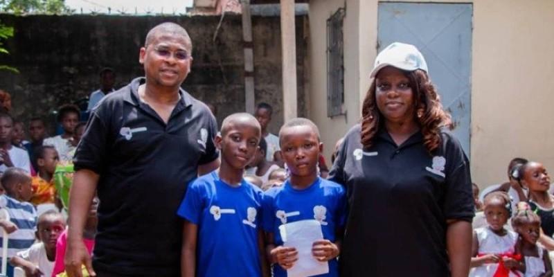 Les deux responsables des Ong donatrices, entourant quelques enfants bénéficiaires. (Dr)