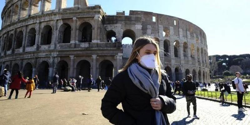 Une touriste portant un masque à Rome, en février 2020 (Ph: DR)