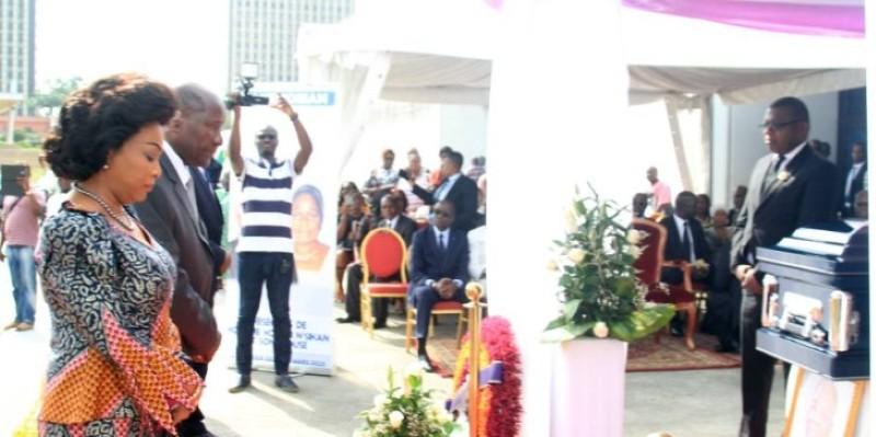 Le Vice-président Daniel Kablan Duncan et son épouse s'inclinant devant les dépouilles des disparus. (Sébastien Kouassi)