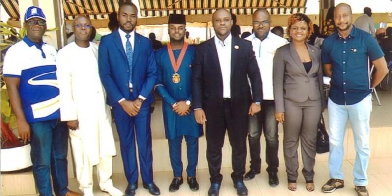 Des Rotaracts avec M. le maire de Daloa. (DR)