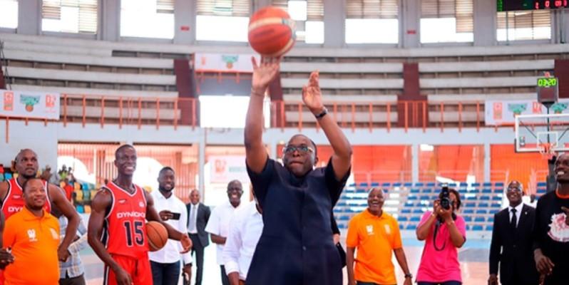 Le ministre Danho Paulin Claude a donné le coup d'envoi de la saison régulière samedi, au palais des Sports de Treichville. (DR)