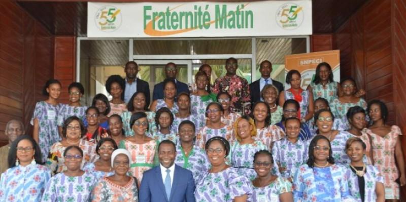 Les femmes de Fraternité Matin ont immortalisé l'événement avec le directeur général adjoint, Abel Nouho. (Julien Monsan)