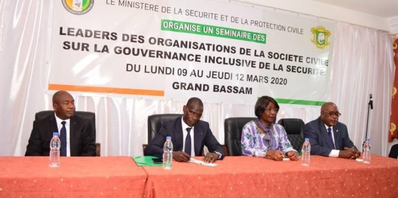 A la cérémonie d'ouverture, le ministre de la Sécurité et de la protection civile, Vagondo Diomandé (2e à partir de la gauche) a bénéficié du soutien de deux collègues du gouvernement. (DR)