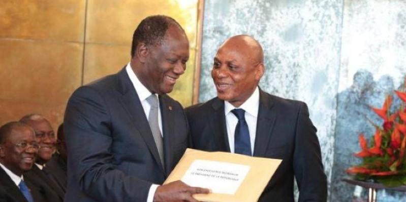 Le Chef de l'État, Alassane Ouattara, recevant copie du projet de la nouvelle Constitution des mains du Professeur Ouraga Obou en 2016. (Dr)