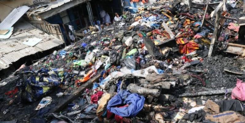 Les débris de tissus et autres matériels après le passage des flammes. (Bavane Kouika)