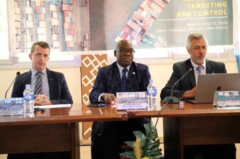 Commandant Abé Aké Lazare, directeur de l'Ismi (au centre) et ses partenaires entendent à travers ce séminaire, renforcer les capacités des participants pour un meilleur contrôle des conteneurs. (DR)