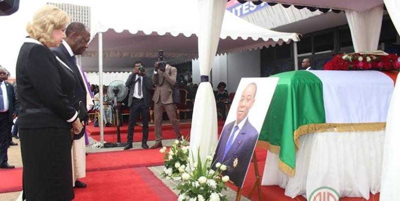 Le Chef de l'État, Alassane Ouattara ert son épouse Dominique Ouattara ont rendu un hommage au défunt. (DR)
