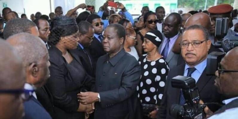 Le président Henri Konan Bédié en compagnie de son épouse saluant l'épouse du défunt à la maison du parti. (DR)