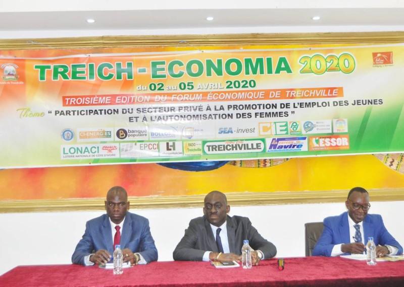Le maire adjoint de Treichville, Jérôme Ahissi et les responsables du commissariat général du forum économique, lors de la conférence de presse. (Dr)
