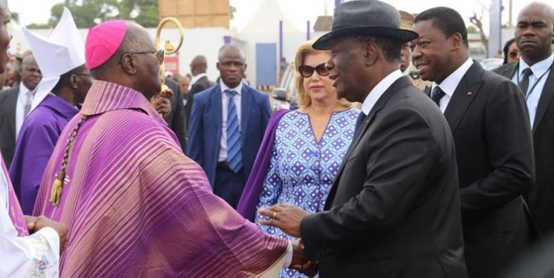Poignée de main entre le Président Alassane Ouattara et un Evêque ivoirien. (DR)