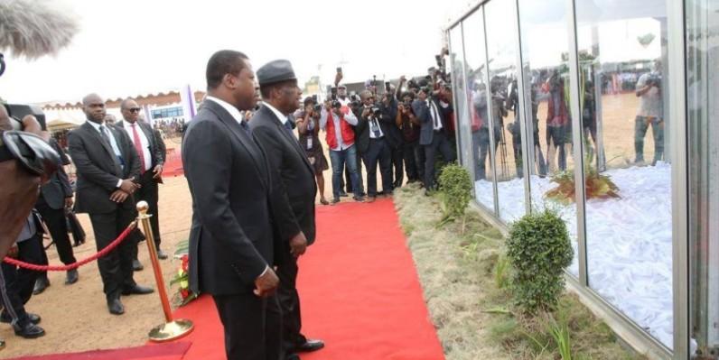 Les Présidents Ouattara et Gnassingbé s'inclinant devant la dépouille...