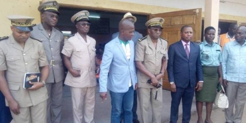Le corps préfectoral, avec à sa tête Koné Mesemba, préfet de région de la Nawa, est venu apporter son soutien à la campagne initiée par Aimond William. (DR)