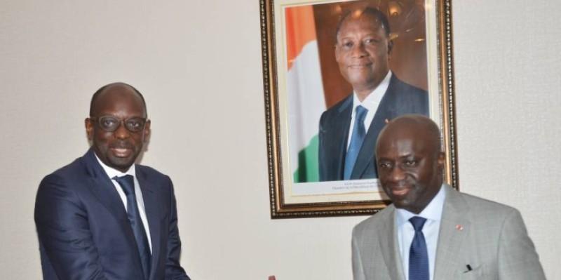 Le Représentant du Hcr, Askia Mohamed Touré, heureux avec sa décoration reçue des mains du ministre Amon-Tanoh.  (Monsan Julien)