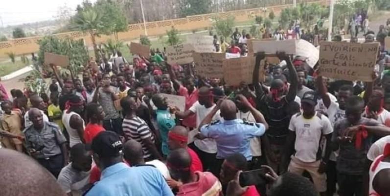 Des jeunes de lopposition manifestent à Daoukro contre la revision constitutionnelle. (7info)
