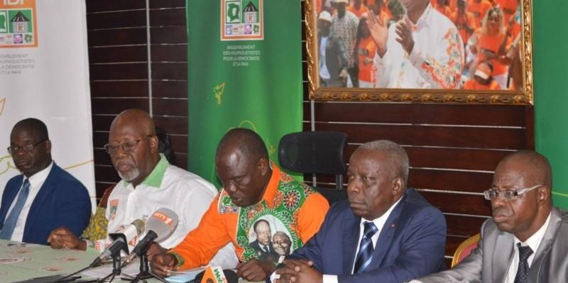 Yao Kouadio (au micro) entre Albert Flindé et Bernard Ouréga ( à sa gauche) a déclaré que leur déclaration traduit la volonté des cadres de l'Udpci.  PHOTO :DR