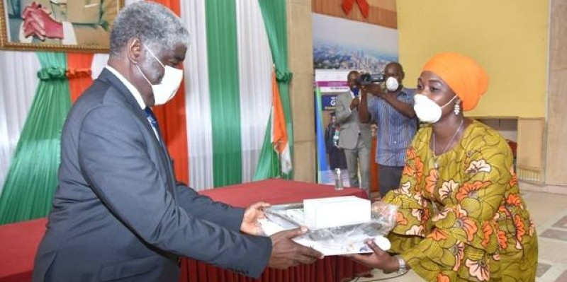 Beugré Mambé remettant un échantillon du matériel à Mme Awa Diabagaté. (DR)