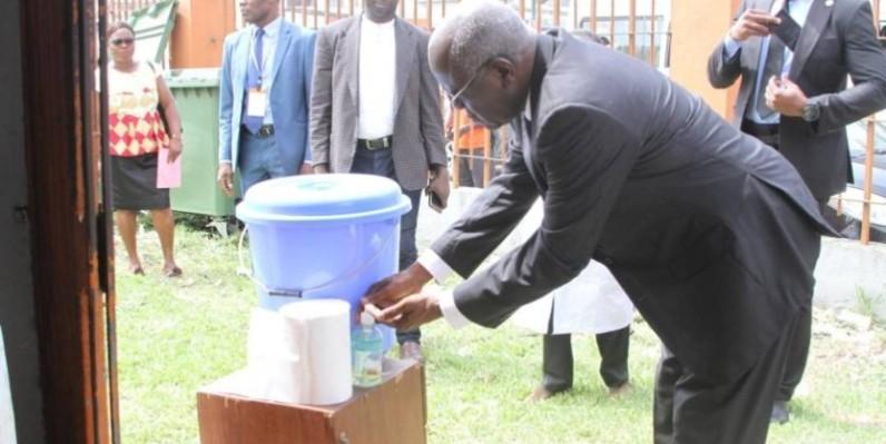 Le maire Koné kafana se lavant les mains. (DR)