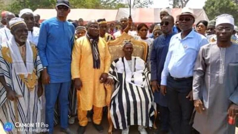 Le sénateur Diomandé Mamadou (en bleu) a invité les chefs des villages du canton Kandessi à la paix et à l'union sacrée autour du chef. (DR)