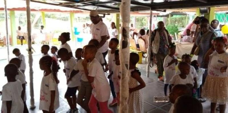 Le directeur général Honorat Boua  exécutant un ballet avec les enfants des agents de l'entreprise. (DR)