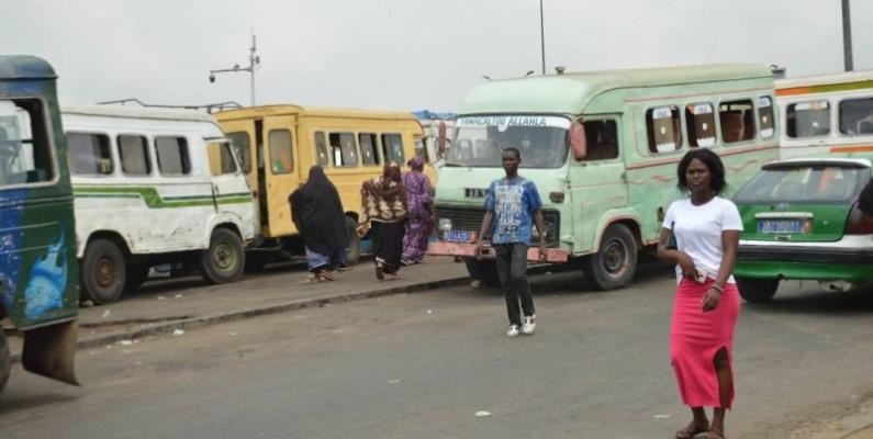 Au quartier ''Garage du centre'' de la commune d'Attécoubé, des « Badjans » attendent de faire le plein de passagers. (DR)