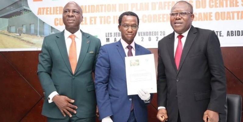 Thomas Coulibaly, président du comité scientifique (au centre), a remis une copie du rapport final au président de l'atelier. (DR)