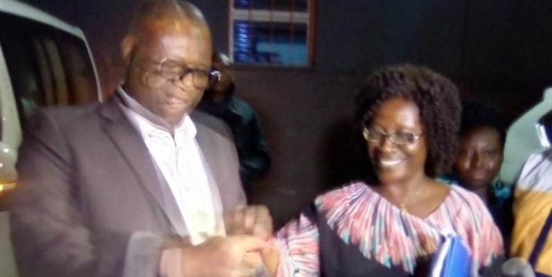 M. Touré remettant les clés du véhicule à Mme Koné, directrice de la communication de Sophia SA. (Franck YEO)