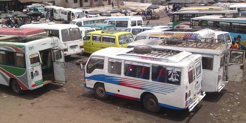 """La gare de minicars de transport communément appelés """"gbaka"""". (DR)"""