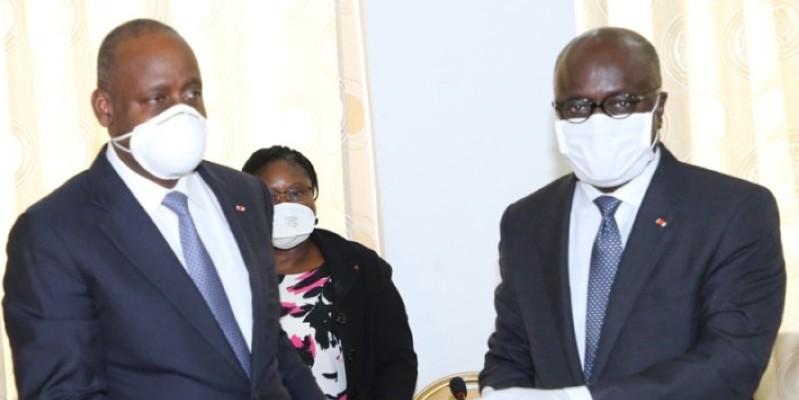 Marcel Amon-Tanoh (à droite), le ministre des Affaires étrangères sortant remettant les dossiers à son intérimaire, Ally Coulibaly (à gauche), ministre de l'Intégration africaine et des Ivoiriens de l'extérieur.  (PORO DAGNOGO)