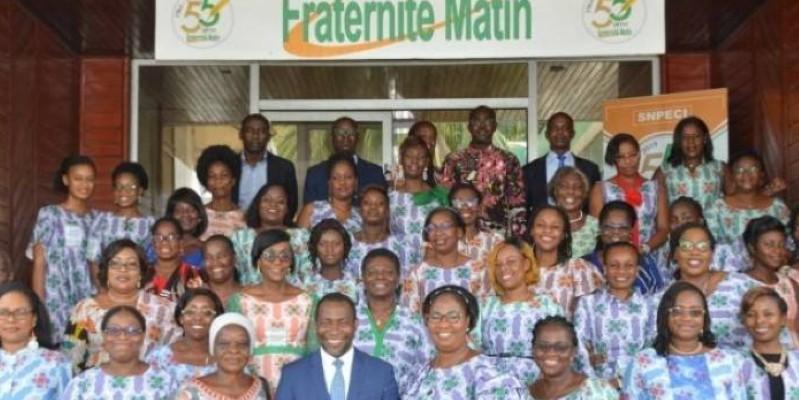 Les femmes de Fraternité Matin, lors de la célébration de la Journée internationale des femmes, avec le directeur général adjoint, Abel Nouho (devant). (Julien Monsan)