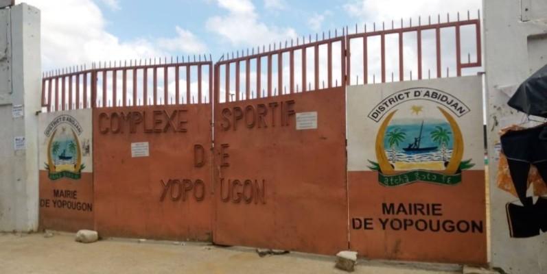 Le portail de l'entrée principale du Complexe sportif de Yopougon fermé. (Thierry Kouassi)