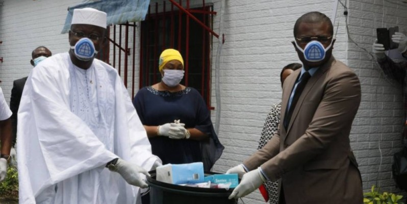 Le Premier ministre fait un don de matériel hygiénique d'un montant de 30 millions de Fcfa à des mouvements de la société civile. (Bavane)