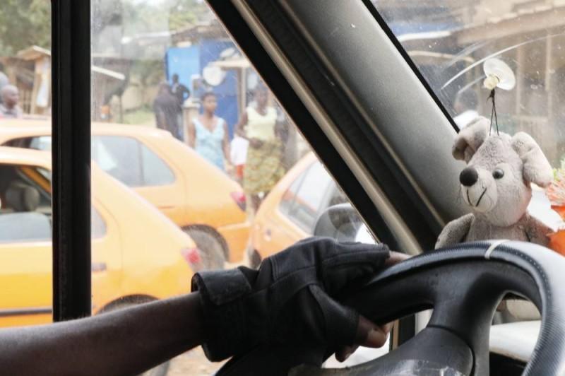 Ce chauffeur au volant a fait augmenter le prix du transport d'Adjamé à Bingerville. (Bavane)
