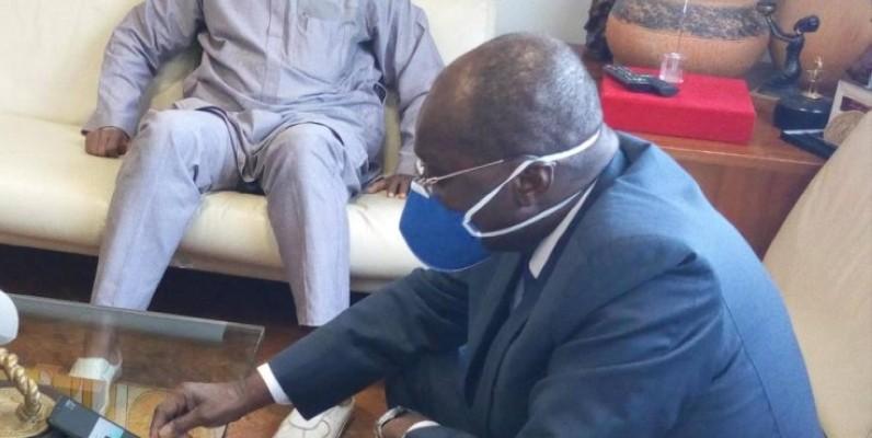 Fama Touré, président de la Chambre de commerce et d'industrie de Côte d'Ivoire, manipulant son portable afin de suivre la formation. (DR)
