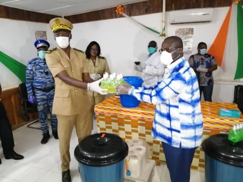 Le Secrétaire général de la Préfecture, Claude Ogou Yapi, recevant un échantillon du lot de matériel mis à la disposition des populations. (DR)