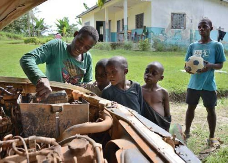 Des enfants qui aident leurs parents pendant leur temps perdu (DR)