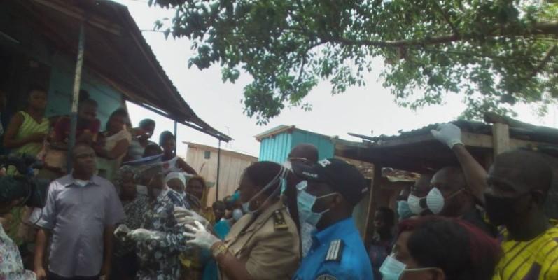 Le préfet Aka Julie (avec des gants) a sensibilisé les vendeuses du marché. (DR)