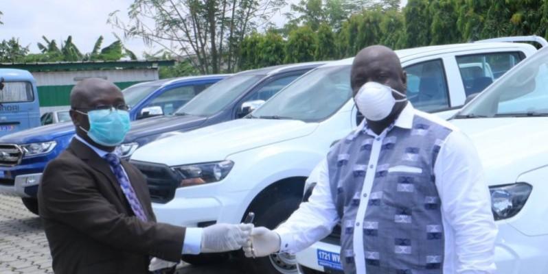 Le directeur de l'Agence Côte d'Ivoire Pme (à droite) recevant les clés des voitures des mains de Gilbert Ekpini, coordonnateur de la cellule de coordination du Prici.(DR)