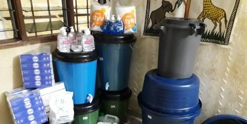 Des produits et récipients offerts par la mutuelle pour le lavage des mains. (DR)