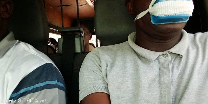 Derrière dans ce gbaka se déroule une chaude discution (DR)