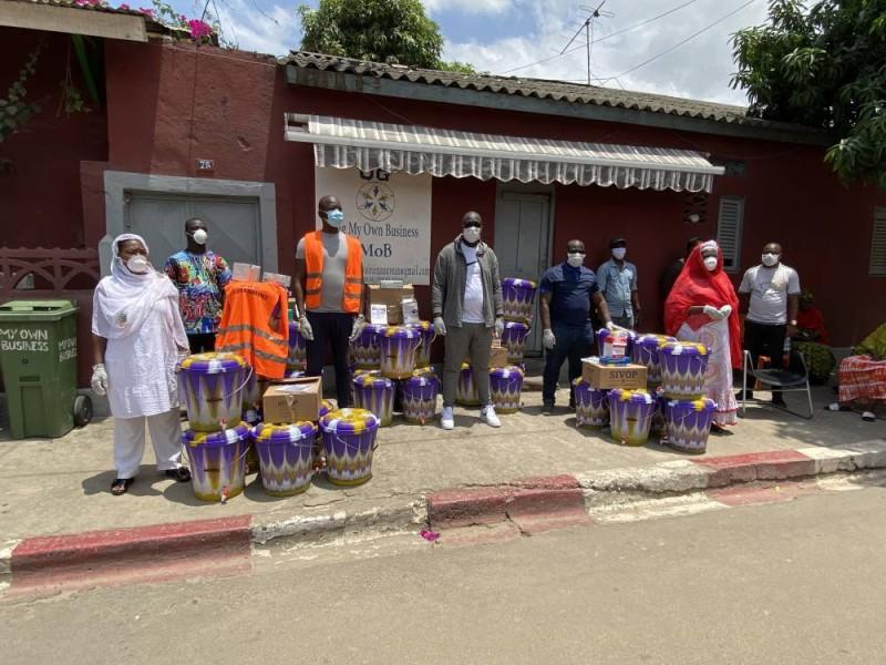 Le donateur (au centre) a invité d'autres cadres de la commune à répondre à l'appel du Premier ministre. (DR)