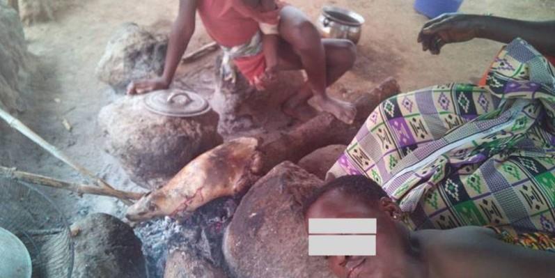 Une femme et ses enfants en train de décaper un agouti dans un campement. (Saint-Tra Bi)