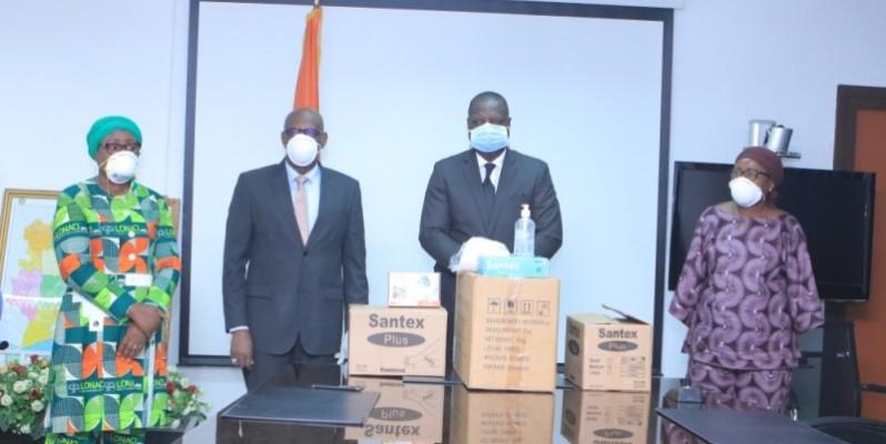Remise symbolique de l'important don de kits sanitaires au ministère de la Santé et de l'Hygiène publique. (DR)