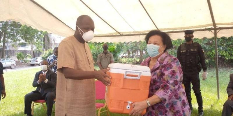 Le kit de réactifs a été officiellement remis au Pr Mireille Dosso, DG de l'Institut Pasteur, par le ministre Albert Mabri Toikeusse. (Dr)