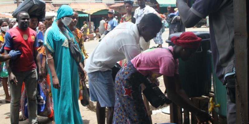 A l'une des entrées du marché, le lavage des mains a commencé. (Joséphine Kouadio)