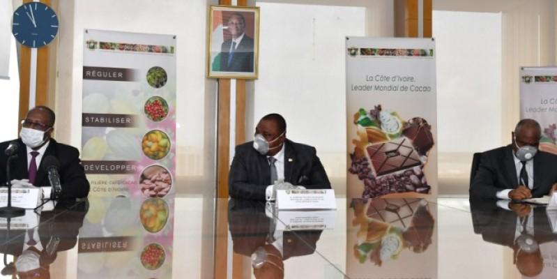 C'est en présence du ministre  Kobenan Kouassi Adjoumani (au centre), que le directeur général du Conseil du café-cacao, Yves Ibrahima Koné (à gauche), a annoncé le nouveau prix bord champ du cacao. (DR)