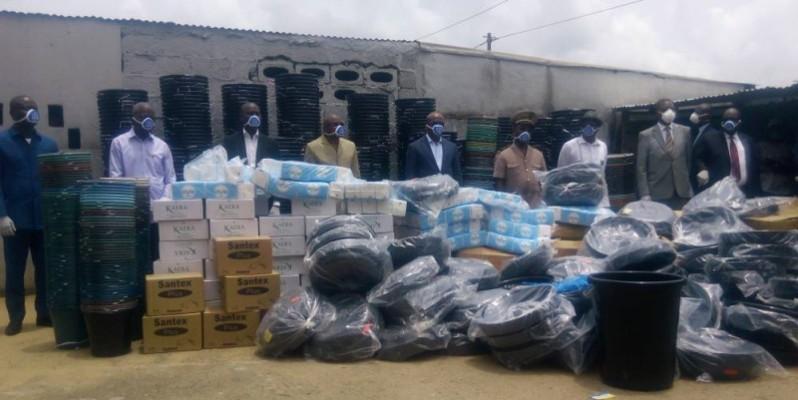 Le premier ministre aide les populations d'Anyama à se proteger contre le coronavirus. (DR)