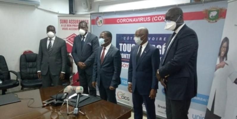 Le ministre Aka Aouélé (au centre) a exprimé la reconnaissance de l'Etat de Côte d'Ivoire aux responsables du groupe d'assurance. (DR)
