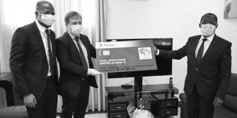 Le ministre Aka Aouélé (à droite) recevant la plaquette du don des mains de Fabien Voirin, Dg de Total. (DR)